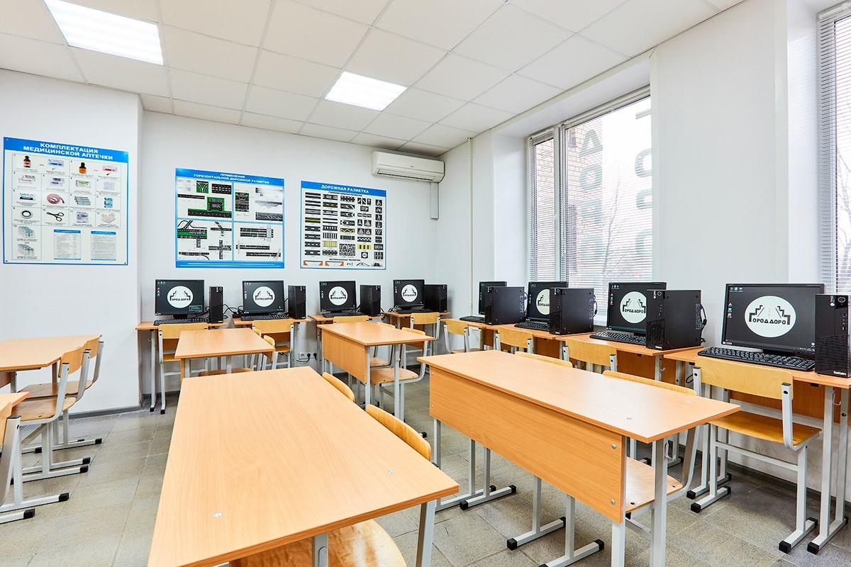 Учебный класс автошколы оборудован стационарными компьютерами для решения билетов ПДД
