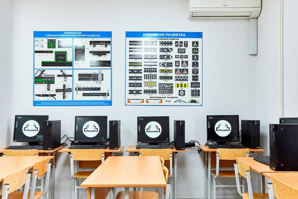 Стенды и компьютеры в учебном классе автошколы