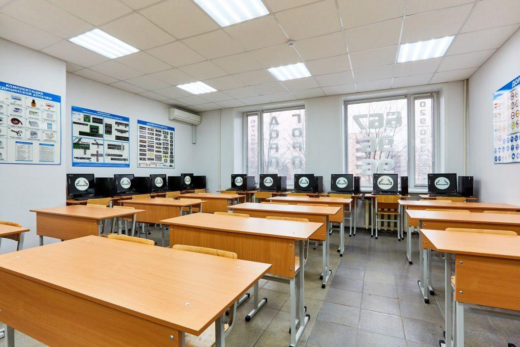 Учебный класс автошколы для изучения ПДД